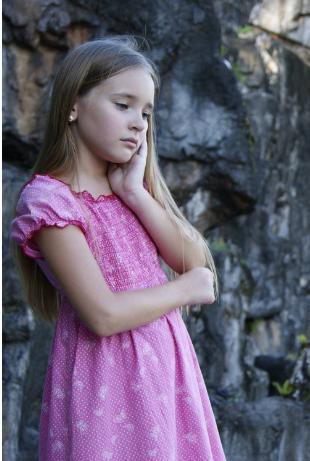 Petite fille en rose a l'air triste; faites appel à Guylaine Da Silva